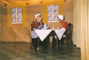 Fra en af Rutsker Aktørernes forestillinger. Birthe drikker af underkoppen.(Privatfoto).