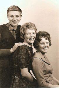 Tre søskende Skovgaard i trip - trap rækkefølge. Forrest Birthe, Inger Lise og Hans Jørgen. Billedet fra sidst i 50'erne. (Privarfoto).
