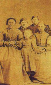 Barbro med børnene, Johannes Morten, Hans Peter, Hansine og Augusta ca. 1867.