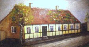 Maleri af huset, gjort af malermester Jartoft, som virkede i Hasle i sidste halvdel af det 19. årh. Billedet fulgte med over i det nye hus, som Rotthof byggede, det senere Hasle bank.