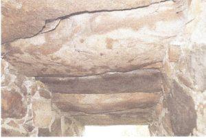Her ses de lange granitblokke som en bro over vandløbet. Siderne var opbygget af granit marksten.