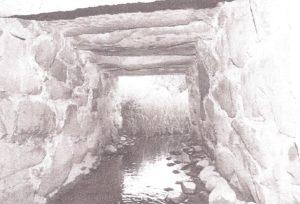 Her kan man se, hvordan Søndre Bæk i gammel tid var ført under Fælledvej.