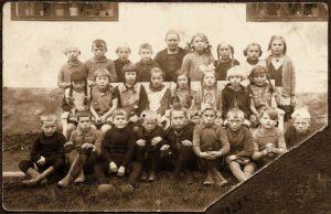 Rø skole ca 1928. Anna Margrethe nr. 2 i øverste række